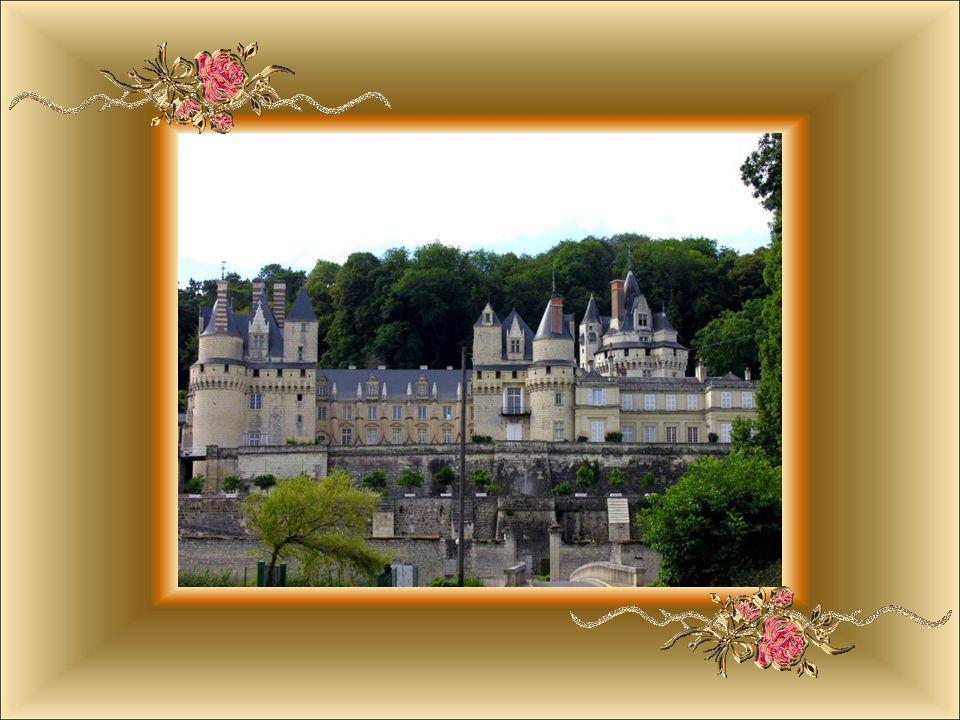Tento zámek inspiroval Charlese Perraulta k napsání Šípkové Růženky.