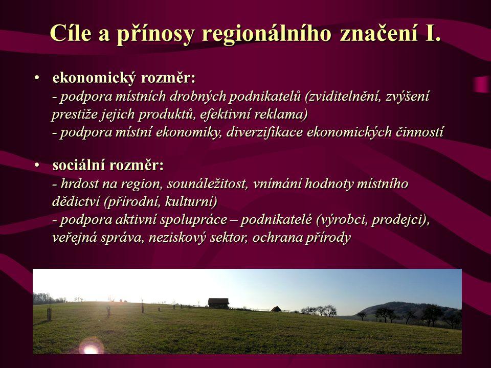 ekonomický rozměr: - podpora místních drobných podnikatelů (zviditelnění, zvýšení prestiže jejich produktů, efektivní reklama) - podpora místní ekonomiky, diverzifikace ekonomických činnostíekonomický rozměr: - podpora místních drobných podnikatelů (zviditelnění, zvýšení prestiže jejich produktů, efektivní reklama) - podpora místní ekonomiky, diverzifikace ekonomických činností sociální rozměr: - hrdost na region, sounáležitost, vnímání hodnoty místního dědictví (přírodní, kulturní) - podpora aktivní spolupráce – podnikatelé (výrobci, prodejci), veřejná správa, neziskový sektor, ochrana přírodysociální rozměr: - hrdost na region, sounáležitost, vnímání hodnoty místního dědictví (přírodní, kulturní) - podpora aktivní spolupráce – podnikatelé (výrobci, prodejci), veřejná správa, neziskový sektor, ochrana přírody Cíle a přínosy regionálního značení I.