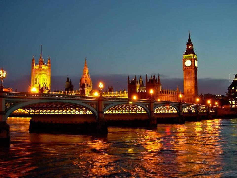 Čtyři další malé zvony hrají každou čtvrthodinu tradiční melodii Westminsterská zvonkohra