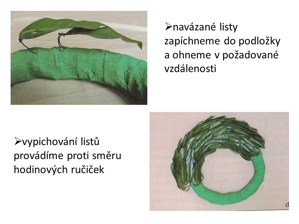  rostlinný materiál navazujeme na kolík a vpichujeme do podložky  navazování na kolíky využíváme u materiálu s krátkými stonky  postup práce obdobný jako u předešlé varianty Slámové nebo mechové podložky