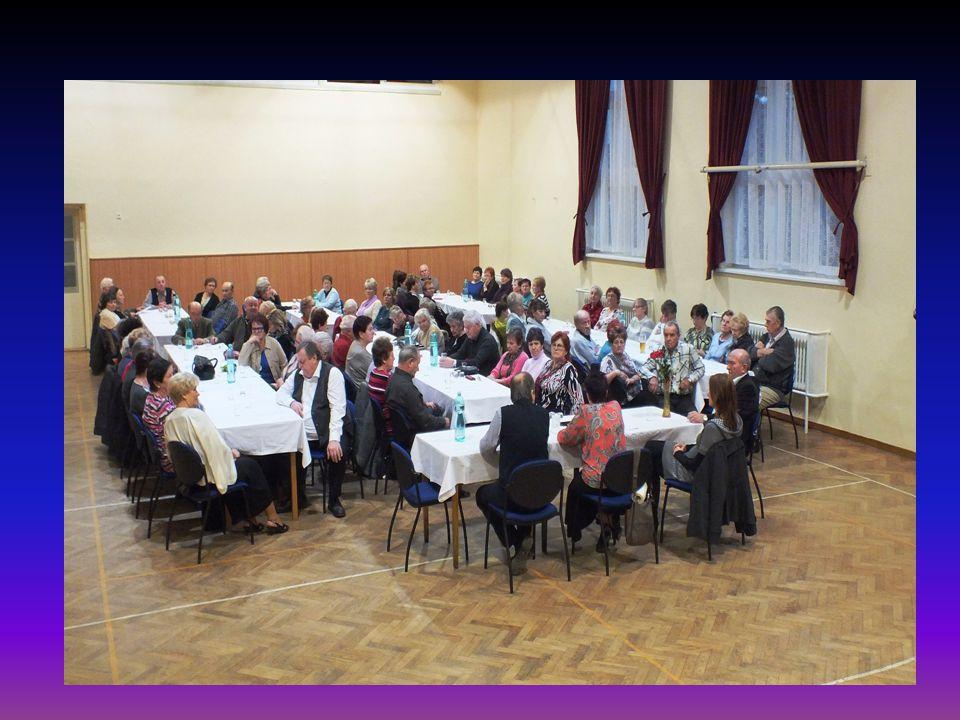 Další pohled na účastníky schůze
