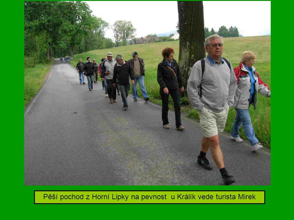 Pěší pochod z Horní Lipky na pevnost u Králík vede turista Mirek