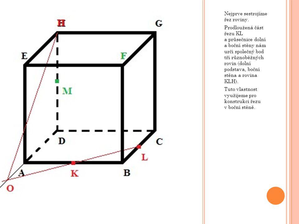 Nejprve sestrojíme řez roviny. Prodloužená část řezu KL a průsečnice dolní a boční stěny nám určí společný bod tří různoběžných rovin (dolní podstava,