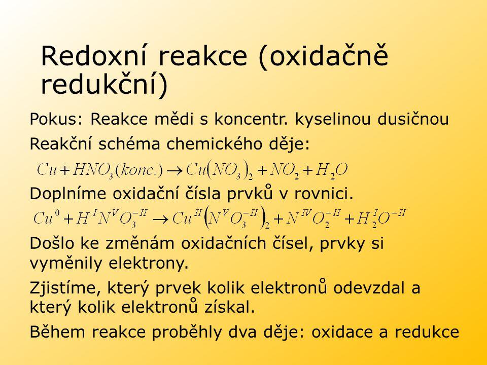 Redoxní reakce (oxidačně redukční) Zjistíme, které atomy se při reakci oxidují a které redukují a zapíšeme dílčí reakce: Oxidace: Redukce: Počty oxidovaných a redukovaných atomů upravíme tak, aby počet odevzdaných a přijatých elektronů byl stejný: Upravené počty dosadíme jako stechiometrické koeficienty k látkám ve schématu: