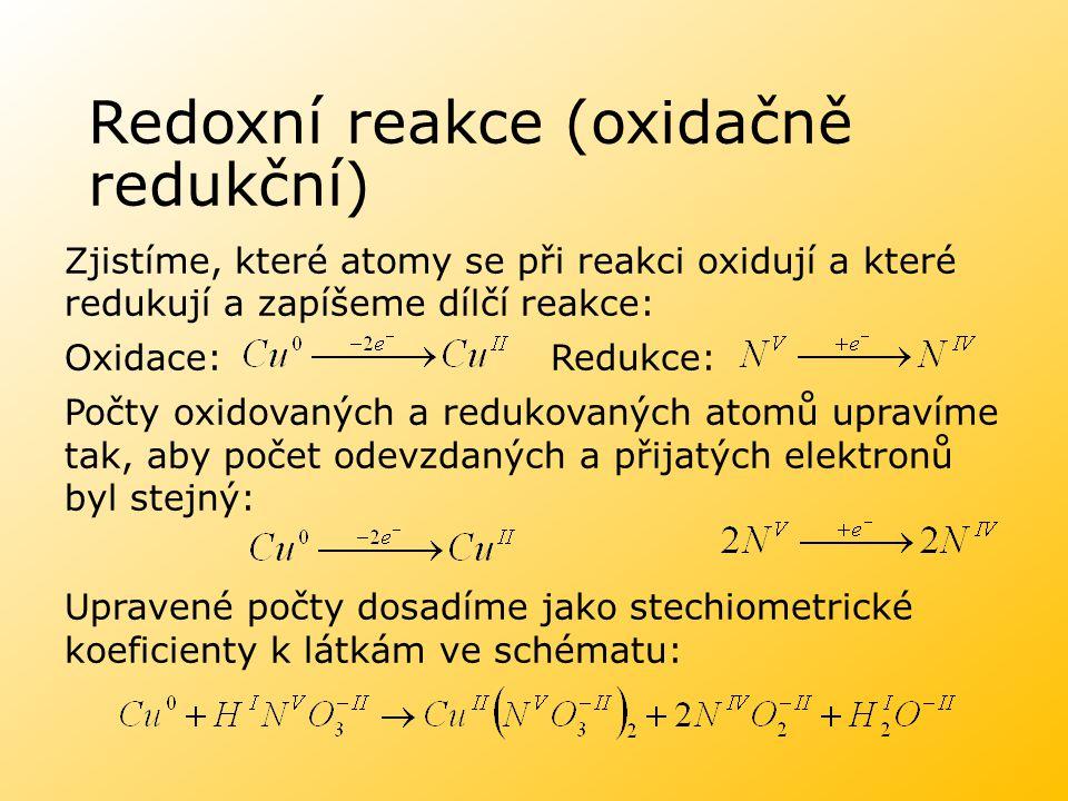 Redoxní reakce (oxidačně redukční) Zjistíme, které atomy se při reakci oxidují a které redukují a zapíšeme dílčí reakce: Oxidace: Redukce: Počty oxido