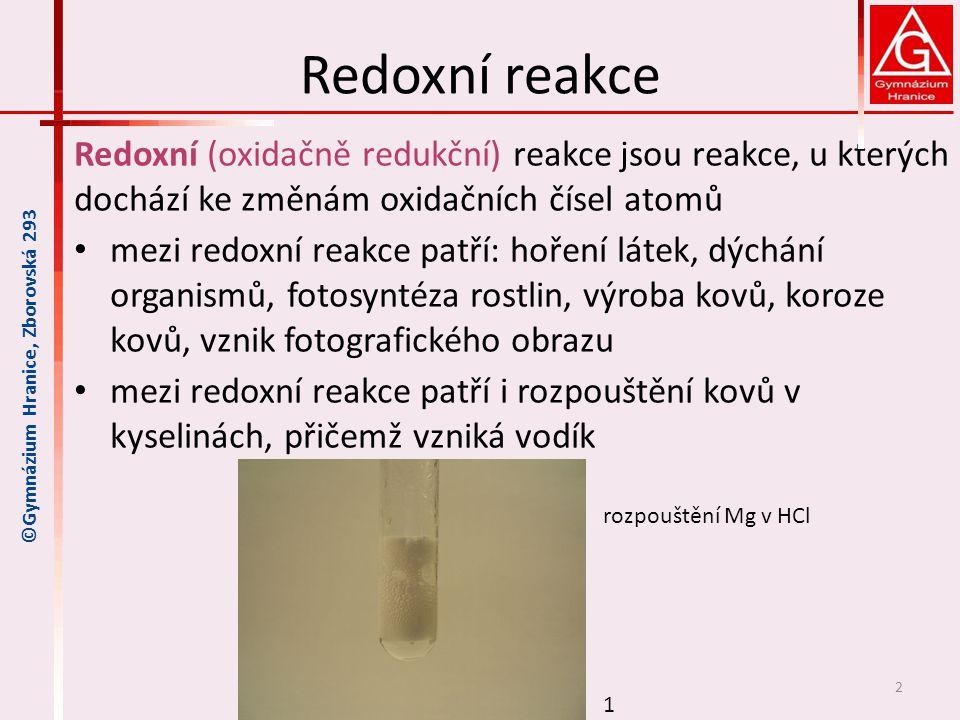 Oxidace a redukce každá redoxní reakce se skládá ze dvou dějů, které probíhají současně a jsou spojeny s přenosem elektronů mezi částicemi – u obou reakcí se přenáší stejný počet e - oxidace – děj, při kterém se zvyšuje oxidační číslo atomu prvku, protože odevzdává elektrony redukce – děj, při kterém se snižuje oxidační číslo atomu prvku, protože přijímá elektrony př.