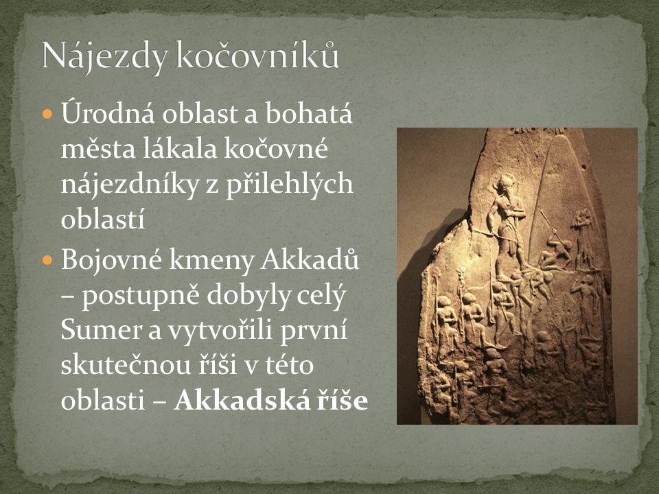 Úrodná oblast a bohatá města lákala kočovné nájezdníky z přilehlých oblastí Bojovné kmeny Akkadů – postupně dobyly celý Sumer a vytvořili první skuteč