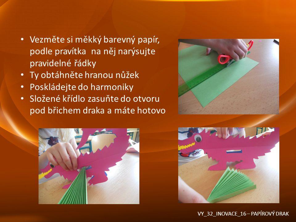 Vezměte si měkký barevný papír, podle pravítka na něj narýsujte pravidelné řádky Ty obtáhněte hranou nůžek Poskládejte do harmoniky Složené křídlo zas