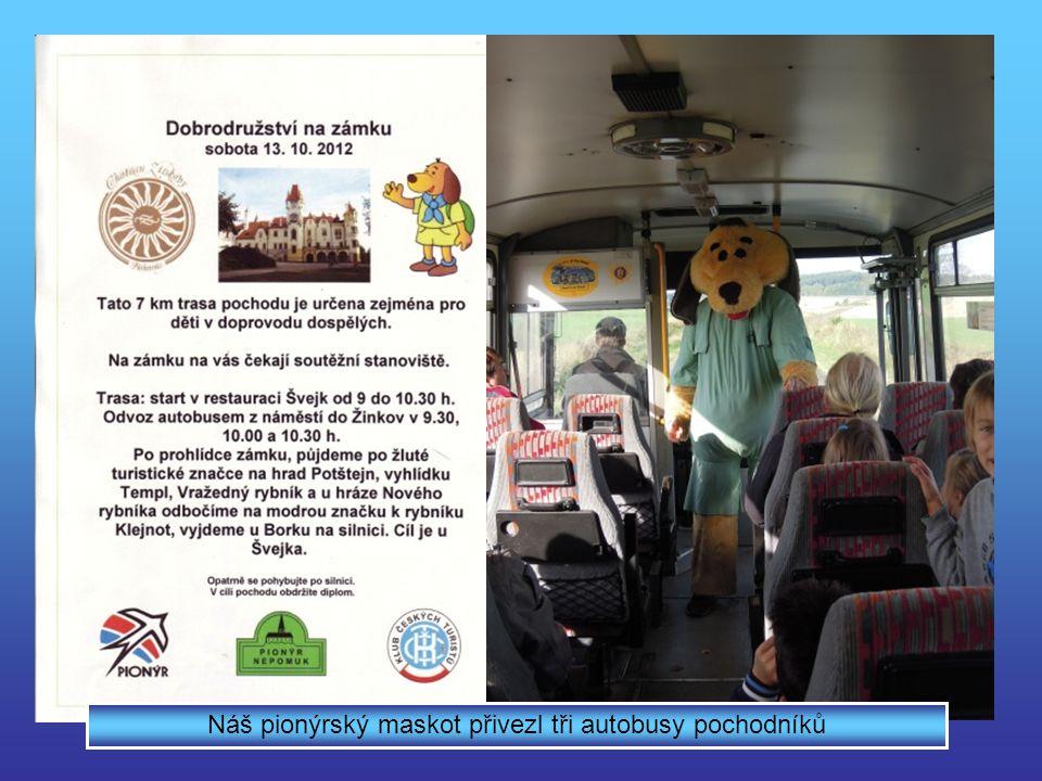 Náš pionýrský maskot přivezl tři autobusy pochodníků