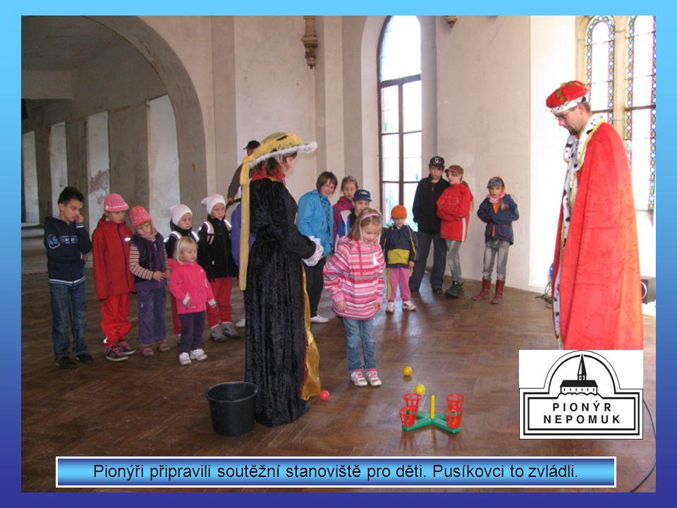 Průvodkyně seznámila účastníky s historií zámku a okolí
