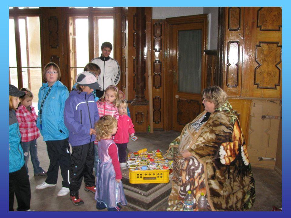 Pionýři připravili soutěžní stanoviště pro děti. Pusíkovci to zvládli.