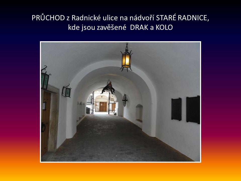 STARÁ RADNICE Historické jádro vzniklo kolem roku 1240, klenutý průchod mezi Radnickou ulicí a nádvořím zdobí bohatě zdobený portál s legendární ohnut
