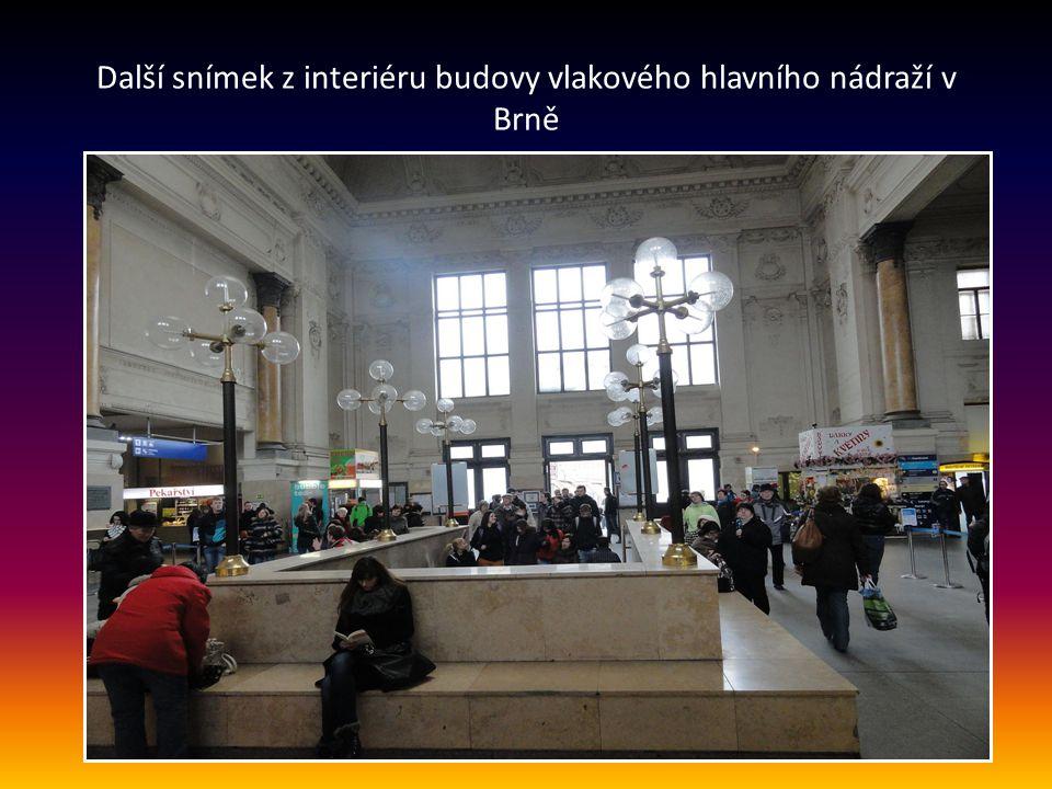 Interiér budovy hl. nádraží - vstup po schodech k nástupištím, na čelním panelu jsou elektronické ukazatel e odjezdů vlaků
