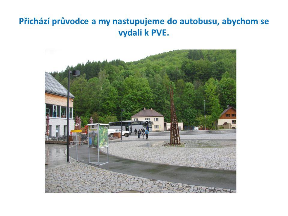 Přichází průvodce a my nastupujeme do autobusu, abychom se vydali k PVE.