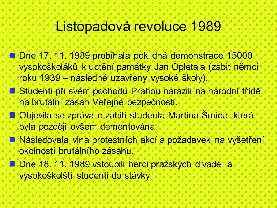 Listopadová revoluce 1989 Dne 17. 11. 1989 probíhala poklidná demonstrace 15000 vysokoškoláků k uctění památky Jan Opletala (zabit němci roku 1939 – n