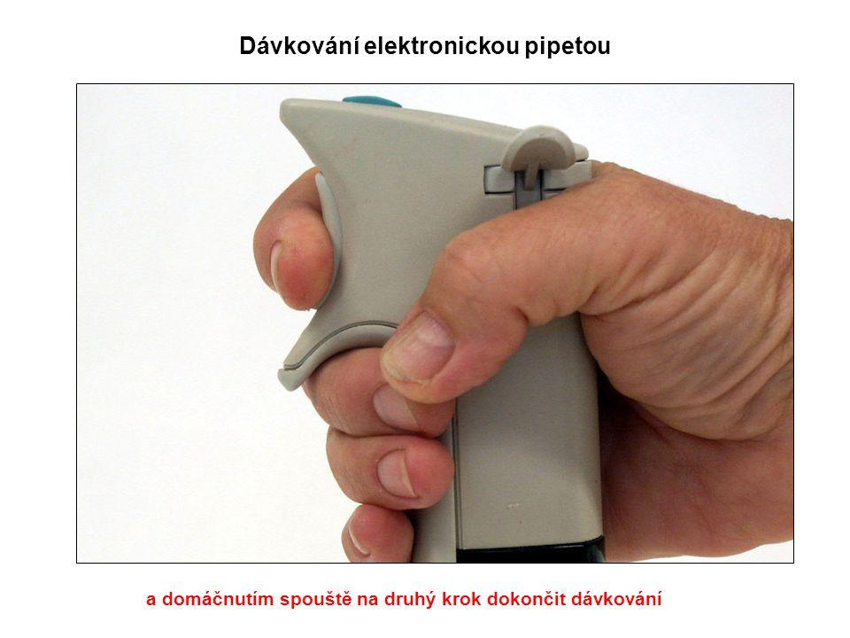 Dávkování elektronickou pipetou a domáčnutím spouště na druhý krok dokončit dávkování