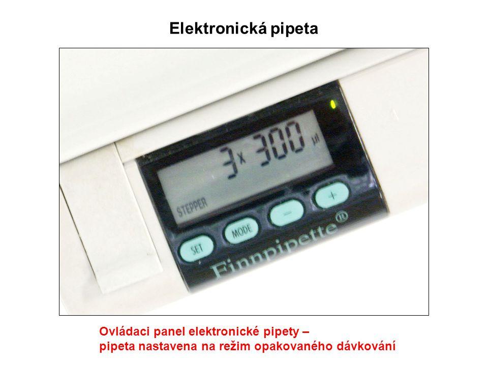 Ovládaci panel elektronické pipety – pipeta nastavena na režim opakovaného dávkování Elektronická pipeta