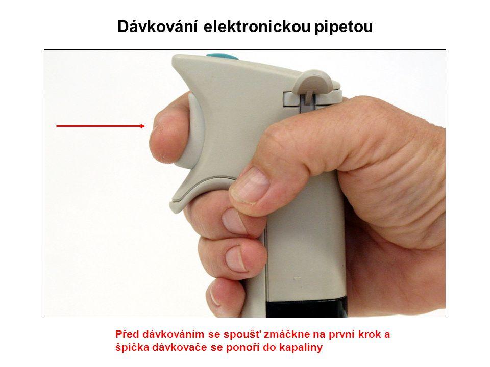 Dávkování elektronickou pipetou Před dávkováním se spoušť zmáčkne na první krok a špička dávkovače se ponoří do kapaliny