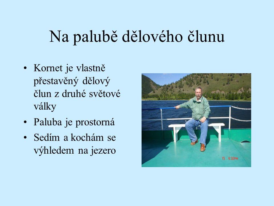 Na palubě dělového člunu Kornet je vlastně přestavěný dělový člun z druhé světové války Paluba je prostorná Sedím a kochám se výhledem na jezero