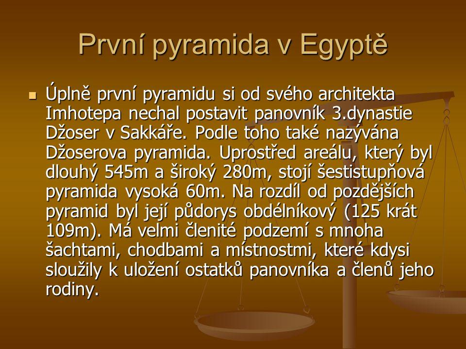 První pyramida v Egyptě Úplně první pyramidu si od svého architekta Imhotepa nechal postavit panovník 3.dynastie Džoser v Sakkáře. Podle toho také naz