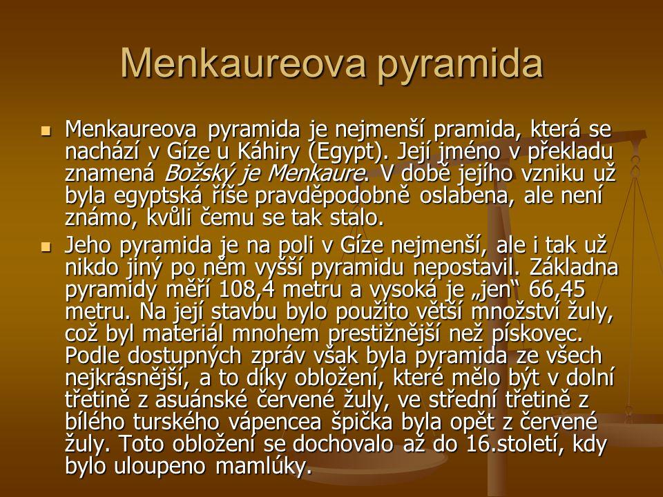 Menkaureova pyramida Menkaureova pyramida je nejmenší pramida, která se nachází v Gíze u Káhiry (Egypt). Její jméno v překladu znamená Božský je Menka