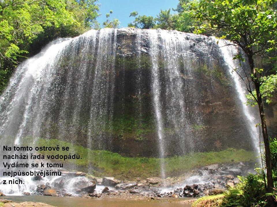 Na tomto ostrově se nachází řada vodopádů. Vydáme se k tomu nejpůsobivějšímu z nich.