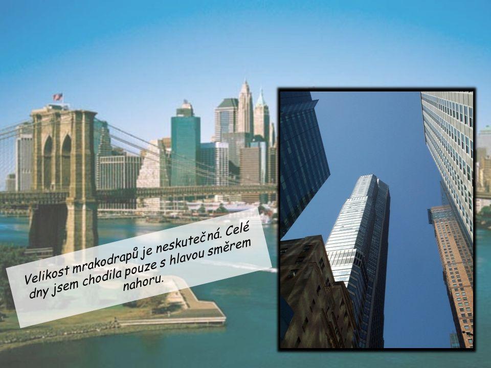 Velikost mrakodrapů je neskutečná. Celé dny jsem chodila pouze s hlavou směrem nahoru.