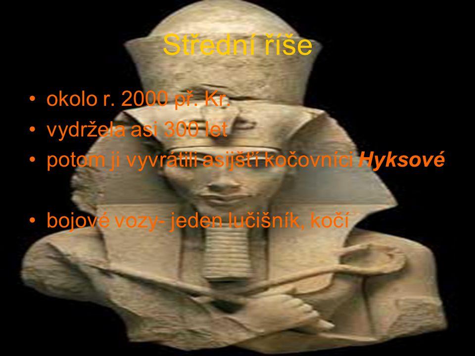 Střední říše okolo r. 2000 př. Kr. vydržela asi 300 let potom ji vyvrátili asijšťí kočovníci Hyksové bojové vozy- jeden lučišník, kočí
