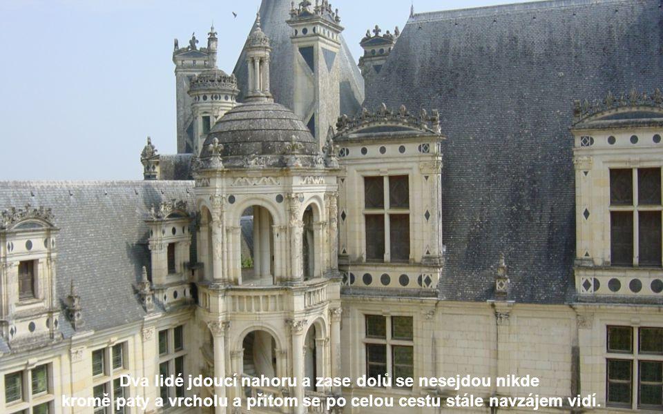 V zámku je nejkrásnější schodiště, které stoupá hlavní věží a je postaveno jako dvojitá spirála.