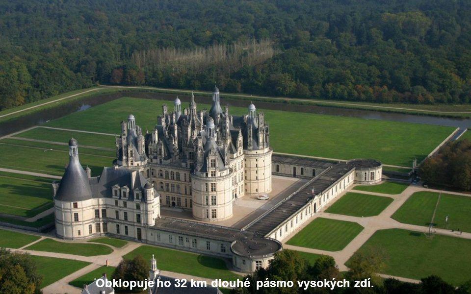 Má 440 místností, 85 schodišť, 365 krbů se sochařskou výzdobou a na střechách se tyčí 365 komínů – jeden krb pro každý den v roce.