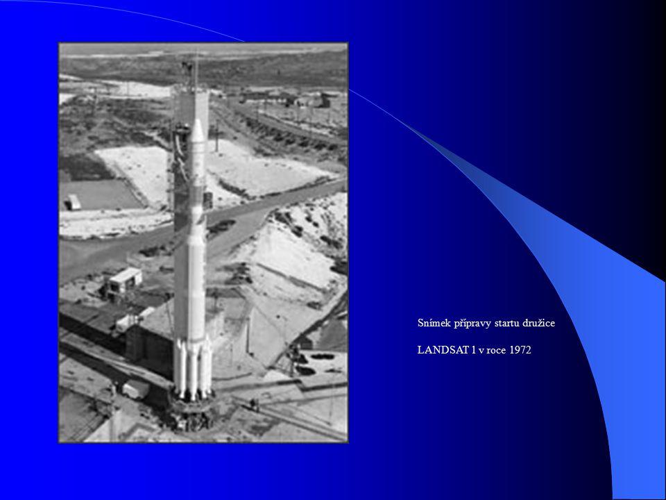 Snímek přípravy startu družice LANDSAT 1 v roce 1972