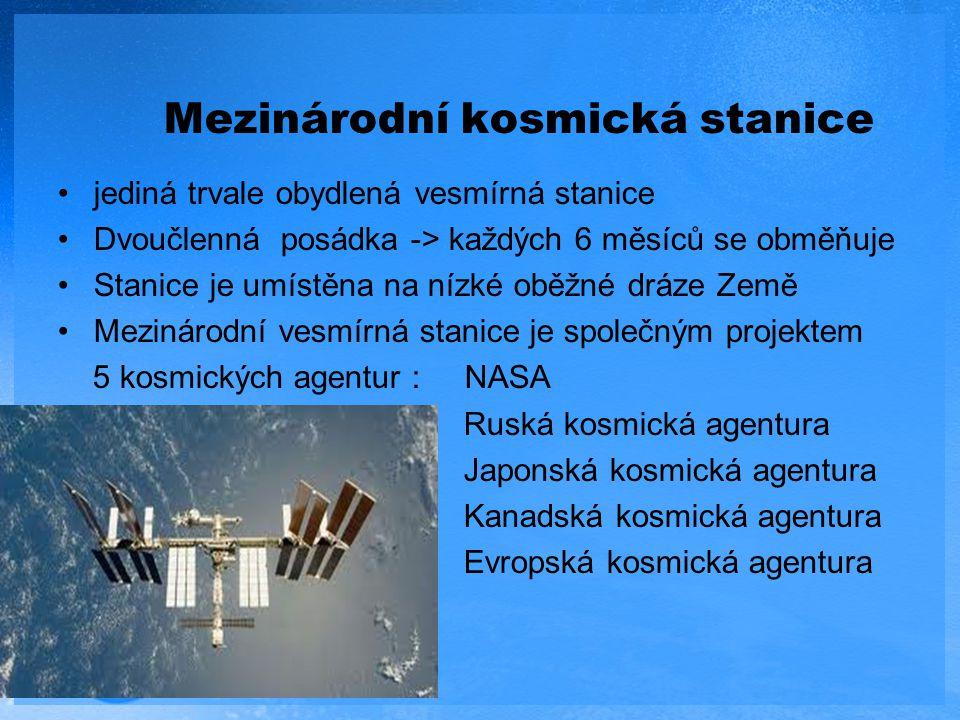 Mezinárodní kosmická stanice jediná trvale obydlená vesmírná stanice Dvoučlenná posádka -> každých 6 měsíců se obměňuje Stanice je umístěna na nízké o
