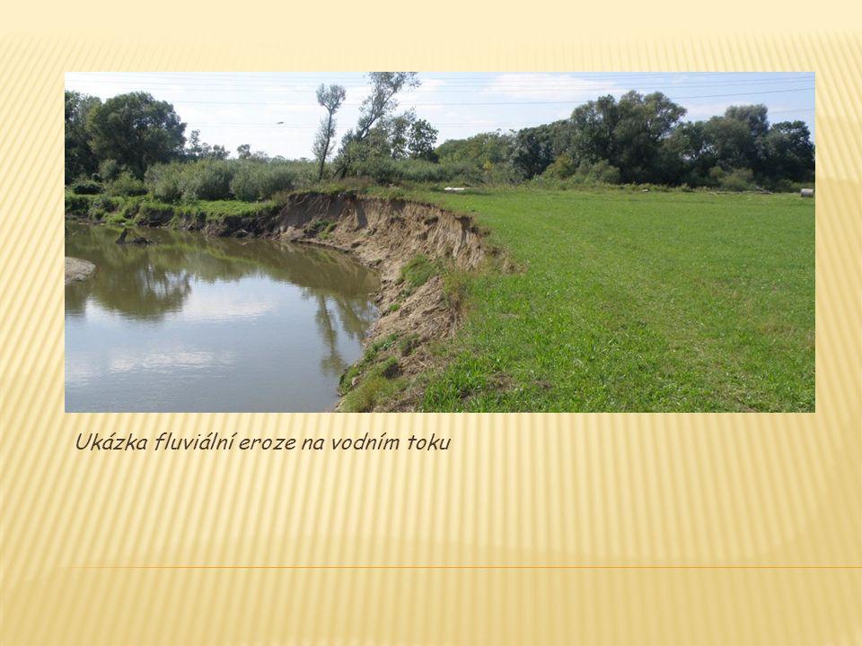 Ukázka fluviální eroze na vodním toku