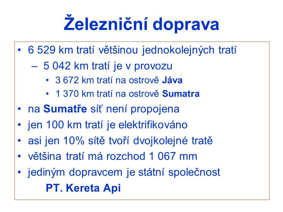 Železniční doprava 6 529 km tratí většinou jednokolejných tratí – 5 042 km tratí je v provozu 3 672 km tratí na ostrově Jáva 1 370 km tratí na ostrově