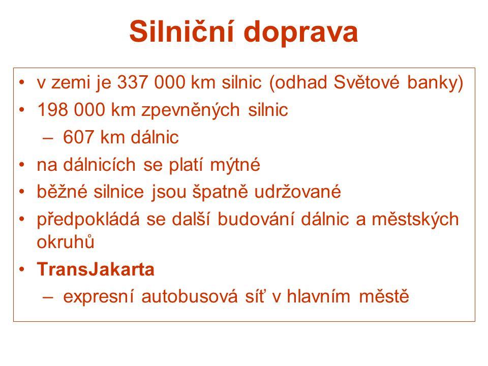 Silniční doprava v zemi je 337 000 km silnic (odhad Světové banky) 198 000 km zpevněných silnic – 607 km dálnic na dálnicích se platí mýtné běžné siln