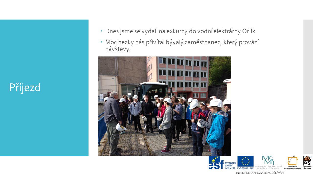 Příjezd  Dnes jsme se vydali na exkurzy do vodní elektrárny Orlík.  Moc hezky nás přivítal bývalý zaměstnanec, který provází návštěvy.
