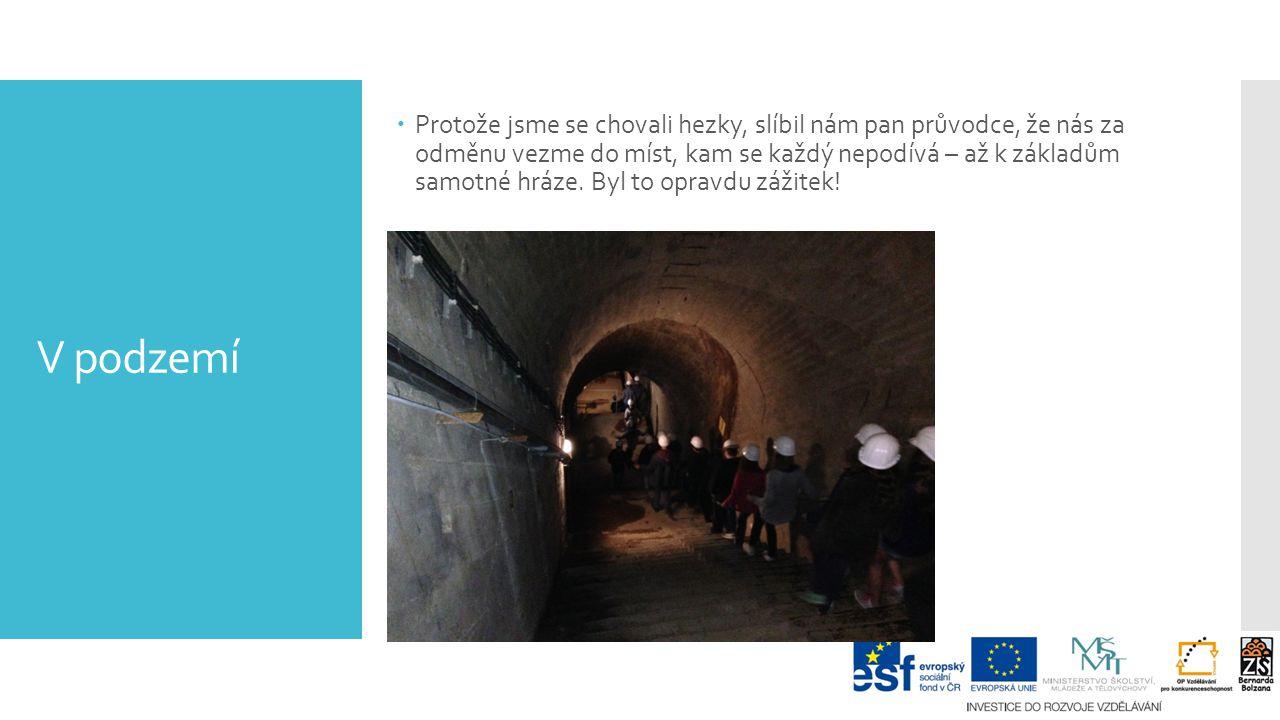 V podzemí  Protože jsme se chovali hezky, slíbil nám pan průvodce, že nás za odměnu vezme do míst, kam se každý nepodívá – až k základům samotné hráze.