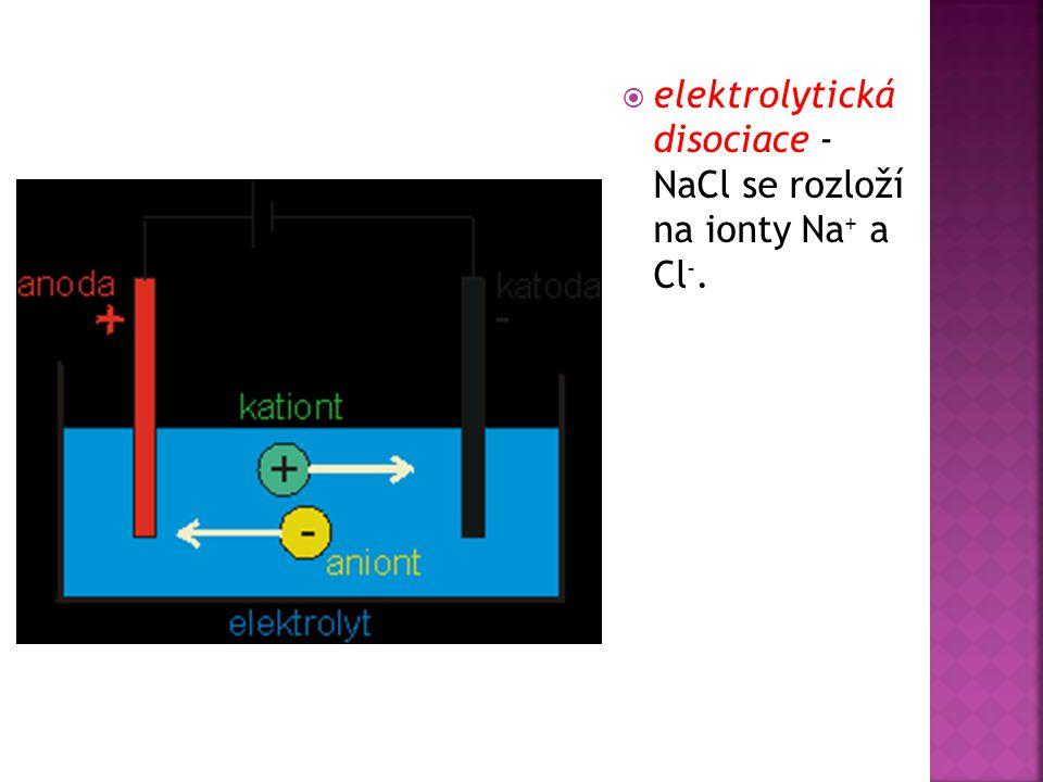  Kapalina, která vede elektrický proud, se nazývá elektrolyt  Vodivé desky, které jsou do ní ponořené a ke kterým je připojen zdroj napětí, jsou elektrody  Kladná elektroda je anoda, záporná katoda  Kladné ionty se nazývají kationty (jsou totiž přitahovány ke katodě), záporné ionty pak anionty