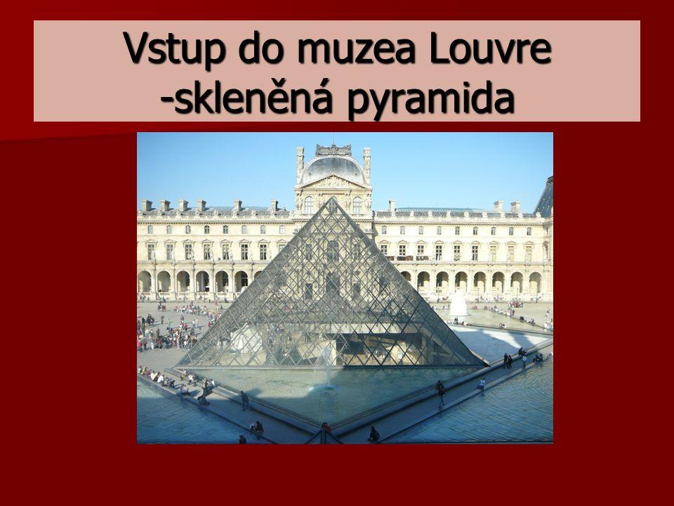 Vstup do muzea Louvre -skleněná pyramida