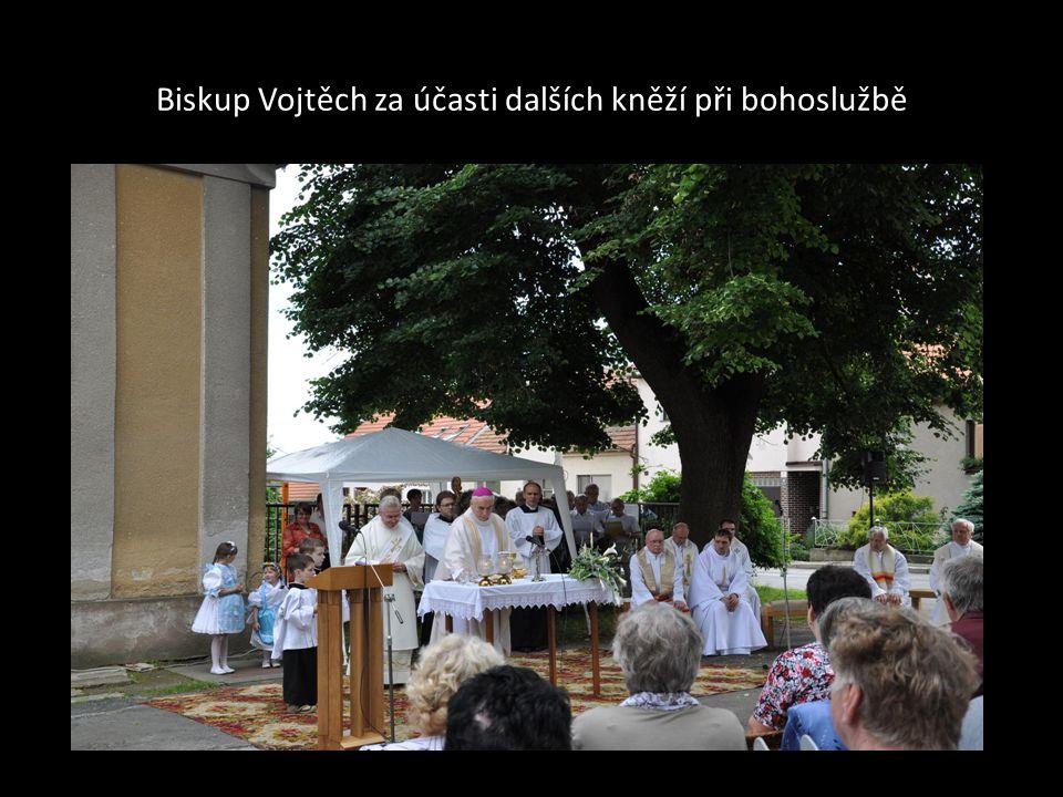 Biskup Vojtěch při projevu v prostoru před kaplí sv. Floriána