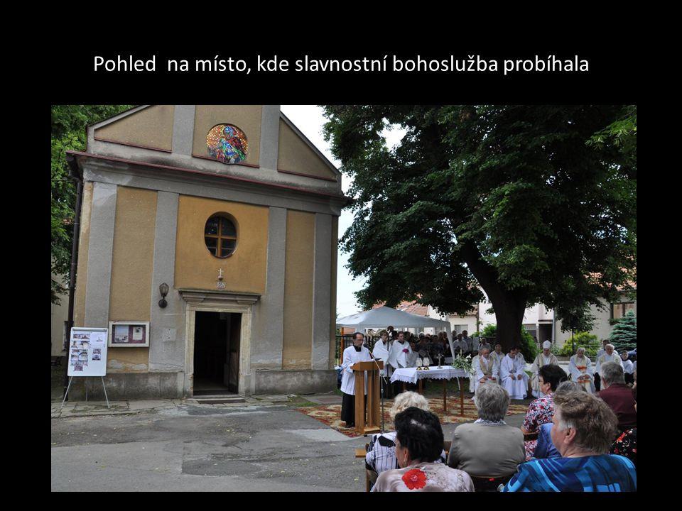Biskup Vojtěch s biskupskou holí při modlitbě