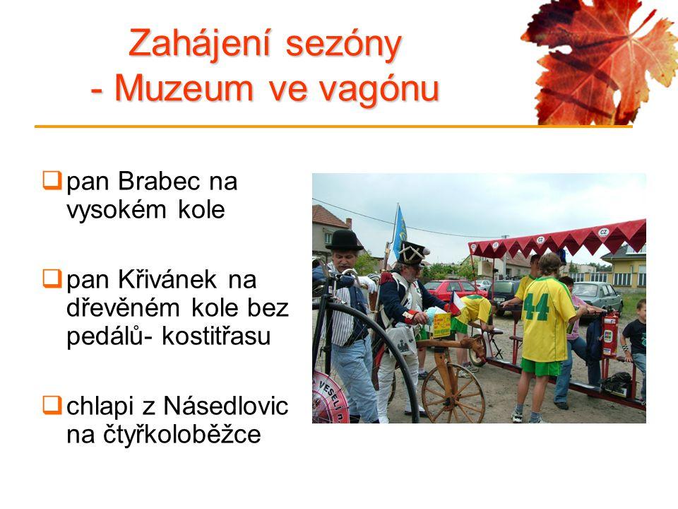 Zahájení sezóny - Muzeum ve vagónu  pan Brabec na vysokém kole  pan Křivánek na dřevěném kole bez pedálů- kostitřasu  chlapi z Násedlovic na čtyřkoloběžce