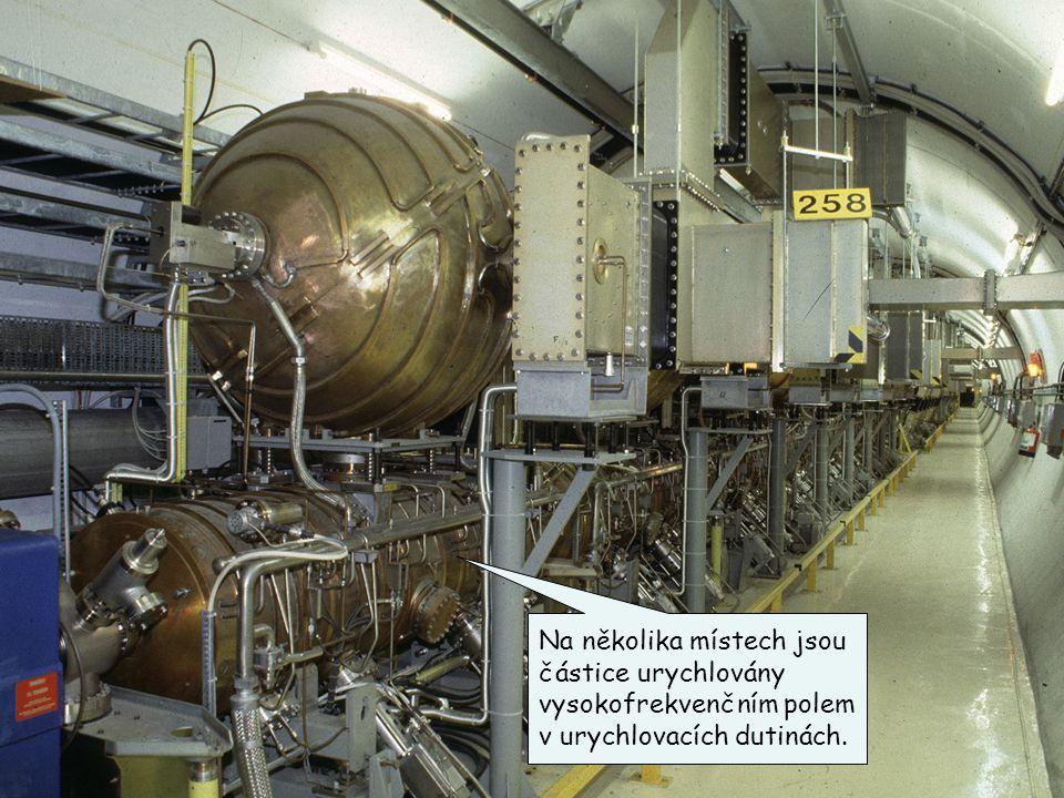 Na několika místech jsou částice urychlovány vysokofrekvenčním polem v urychlovacích dutinách.