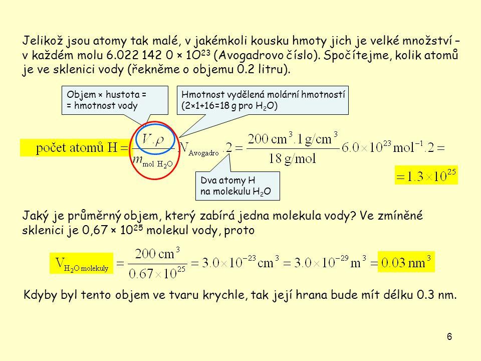 6 Jelikož jsou atomy tak malé, v jakémkoli kousku hmoty jich je velké množství – v každém molu 6.022 142 0 × 1O 23 (Avogadrovo číslo).