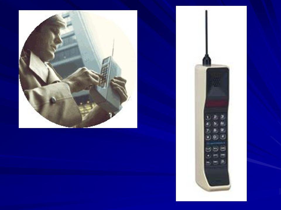 - PŘIBLIŽNĚ PŘED DESETI LETY ZAHÁJILA PROVOZ PRVNÍ GSM (GLOBAL SYSTEM FOR MOBILE COMUNICATIONS) SÍŤ U NÁS - NA OBRÁZKU VLEVO JE SROVNÁNÍ PRŮMĚRNÉHO DNEŠNÍHO MOBILU A PRŮMĚRNÉHO MOBILU PŘED DESETI LETY, K VELKÉ ZMĚNĚ DOŠLO HLAVNĚ V ROZMĚRECH Anténa prodloužila Motorolu TX770 téměř na dvojnásobek.