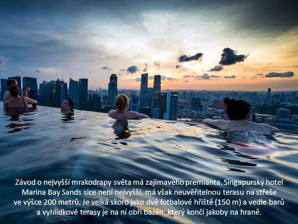 Závod o nejvyšší mrakodrapy světa má zajímavého premianta. Singapurský hotel Marina Bay Sands sice není nejvyšší, má však neuvěřitelnou terasu na stře