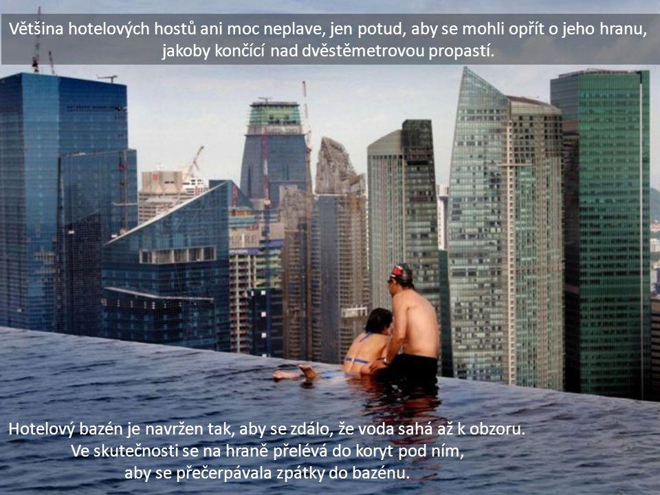 Většina hotelových hostů ani moc neplave, jen potud, aby se mohli opřít o jeho hranu, jakoby končící nad dvěstěmetrovou propastí. Hotelový bazén je na