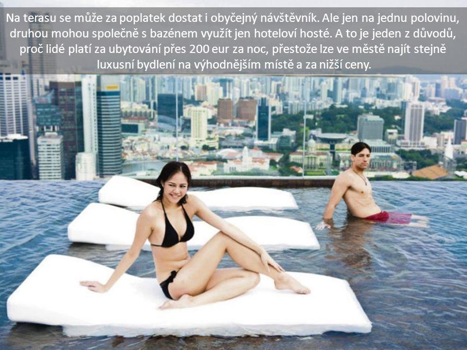 Na terasu se může za poplatek dostat i obyčejný návštěvník. Ale jen na jednu polovinu, druhou mohou společně s bazénem využít jen hoteloví hosté. A to