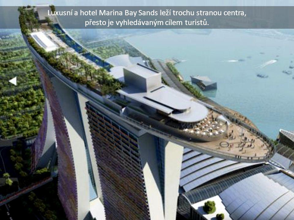 Luxusní a hotel Marina Bay Sands leží trochu stranou centra, přesto je vyhledávaným cílem turistů.