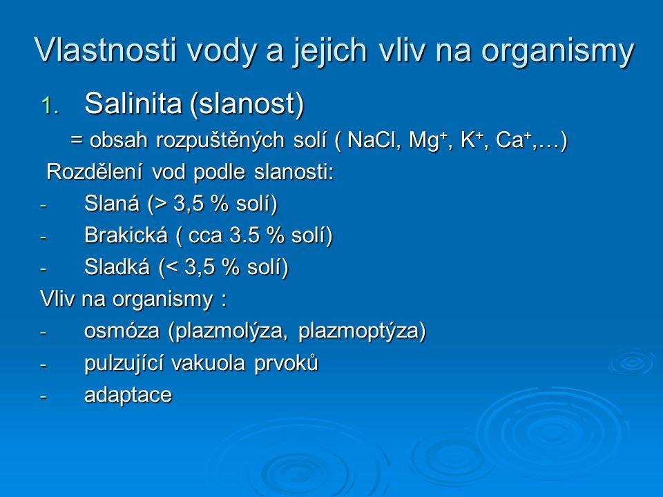 Vlastnosti vody a jejich vliv na organismy 1. Salinita (slanost) = obsah rozpuštěných solí ( NaCl, Mg +, K +, Ca +,…) = obsah rozpuštěných solí ( NaCl